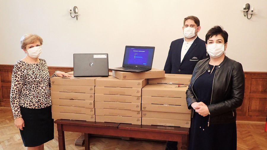 Komputery do zdalnej nauki dla uczniów i nauczycieli powiatowych szkół