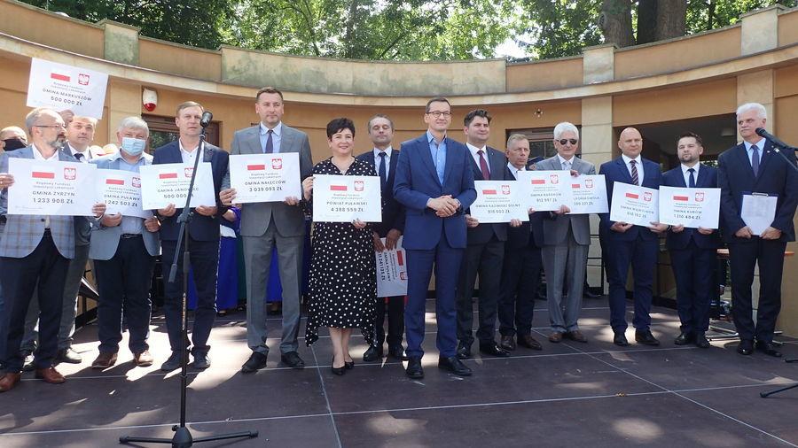 Premier Mateusz Morawiecki z wizytą na Ziemi Puławskiej - miliony na inwestycje dla samorządów