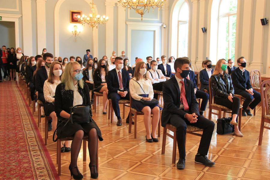 Najlepsi uczniowie szkół powiatowych nagrodzeni przez Starostę