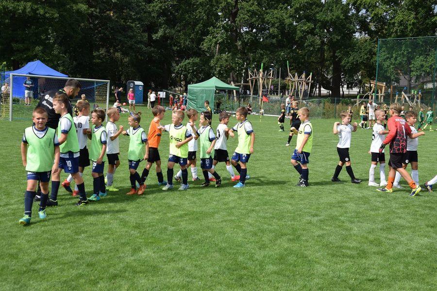 Młodzi piłkarze na boisku