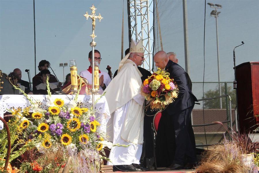 Marszałek dziękuje biskupowi za przeprowadzenie mszy św.