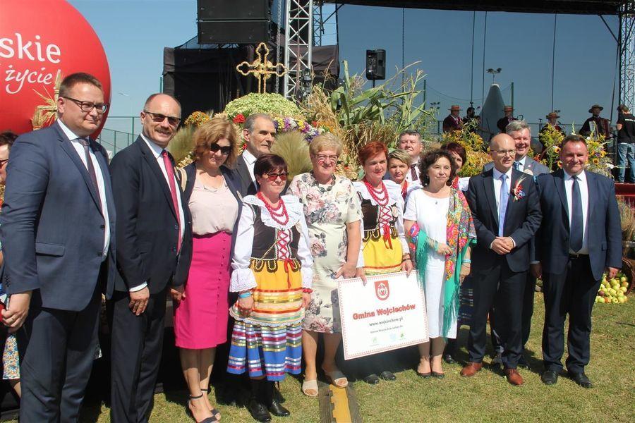 Delegacja z powiatu puławskiego przed wieńcem dożynkowym z posłem Krzysztofem Szulowskim