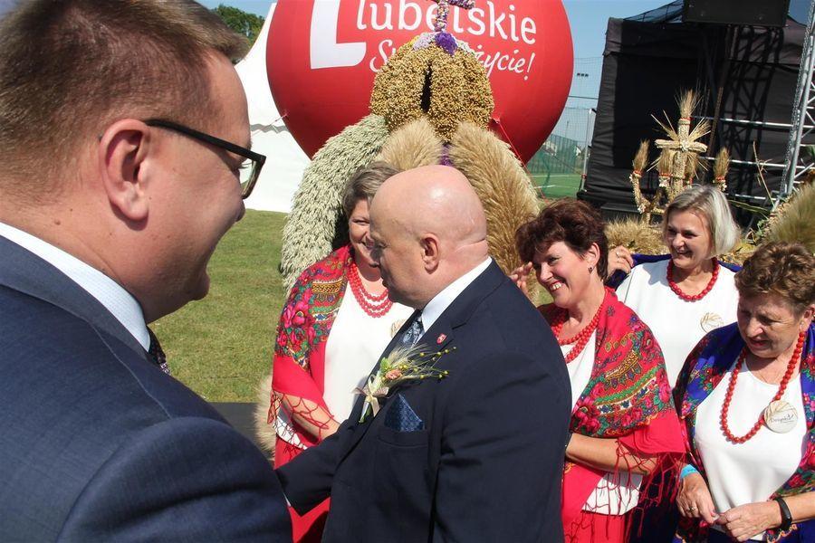Marszałek województwa z paniami z KGW Zagrody