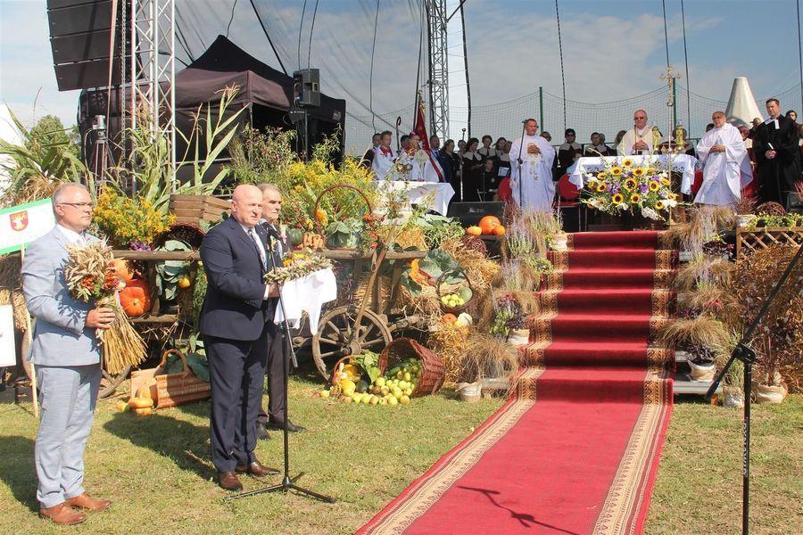 Marszałek województwa, starosta lubelski i burmistrz Bełżyc przed ołtarzem polowym