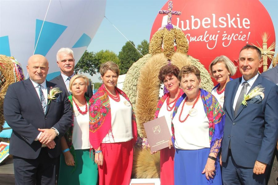 Delegacja z powiatu puławskiego przed wieńcem dożynkowym