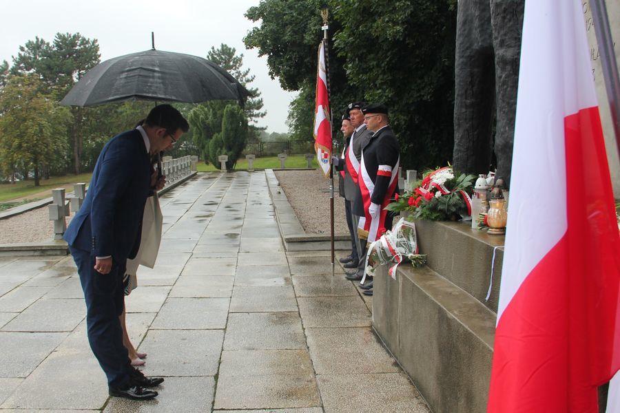 Hołd poległym składają przewodnicząca rady miasta Bożena Krygier z wiceprzewodniczącym Pawłem Matras