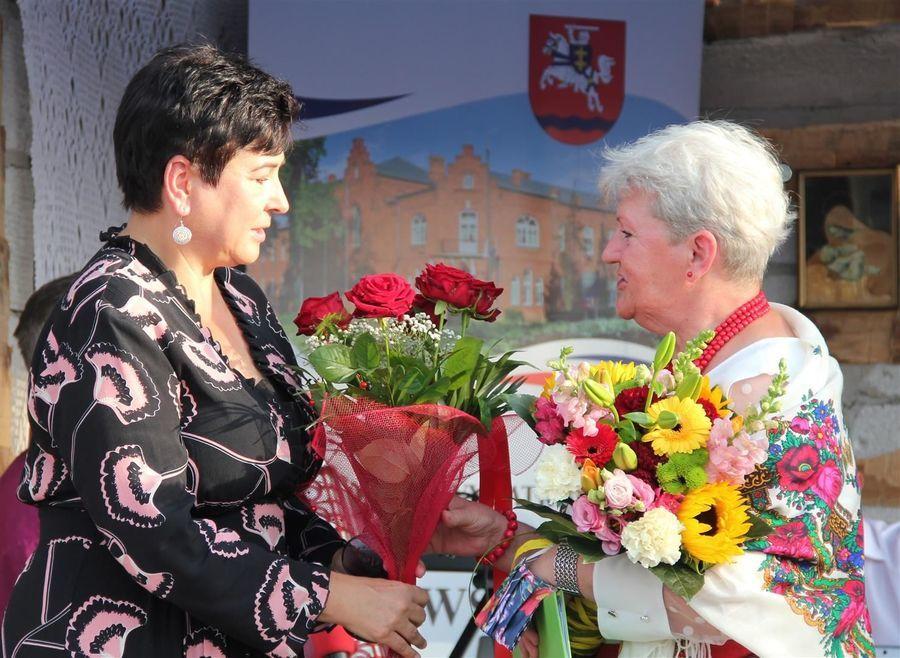 Podziękowanie dla starosty Danuty Smagi od przewodniczącej Walentyny Nowak