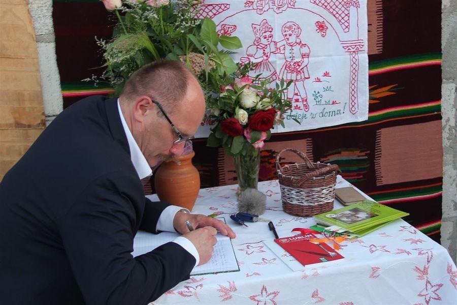 Poseł K. Szulowski w trakcie wpisu do księgi pamiątkowej