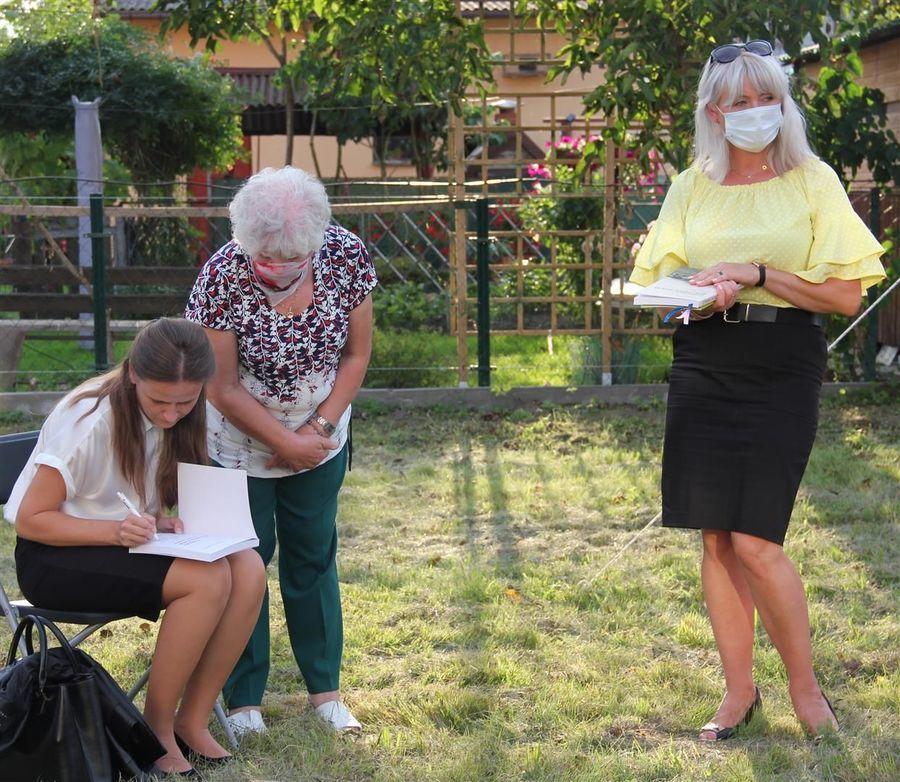 Autorka książki historycznej Małgorzata Daniłko składa autograf