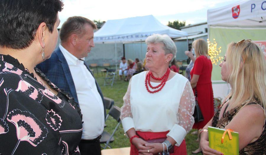 Starosta D. Smaga, członek zarządu J. Ziomka i przewodnicząca W. Nowak oraz redaktor J. Czajkowska