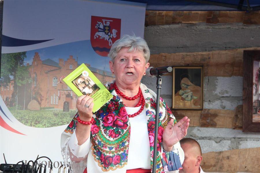 Przewodnicząca Walentyna Nowak prezentuje wydawnictwo Niezawodne przepisy kobiet z pasją