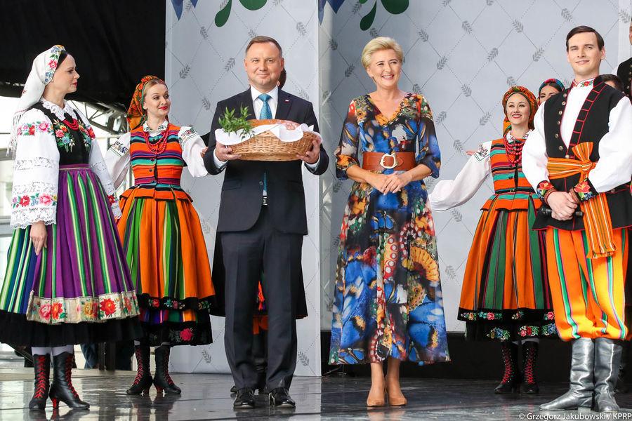 Para Prezydencka z chlebem dożynkowym