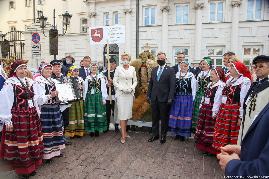 Grupa z woj. lubelskiego z Parą Prezydencką przy wieńcu
