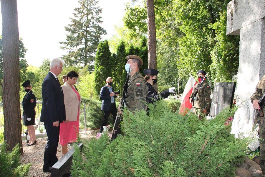 Wiązanka i hołd od Zarządu Powiatu Puławskiego