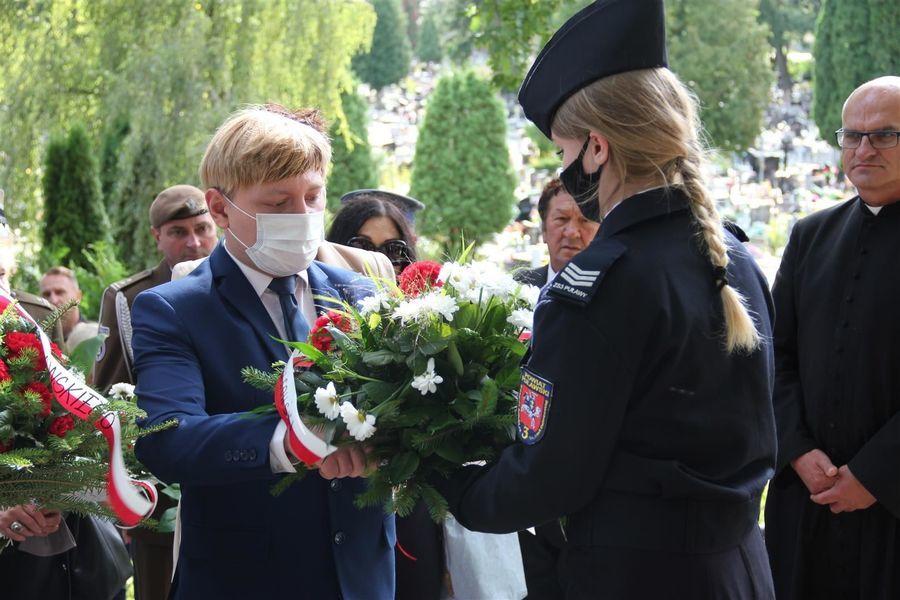 Kwiaty od posła Krzysztofa Szulowskiego składa dyr. Michał Śmich