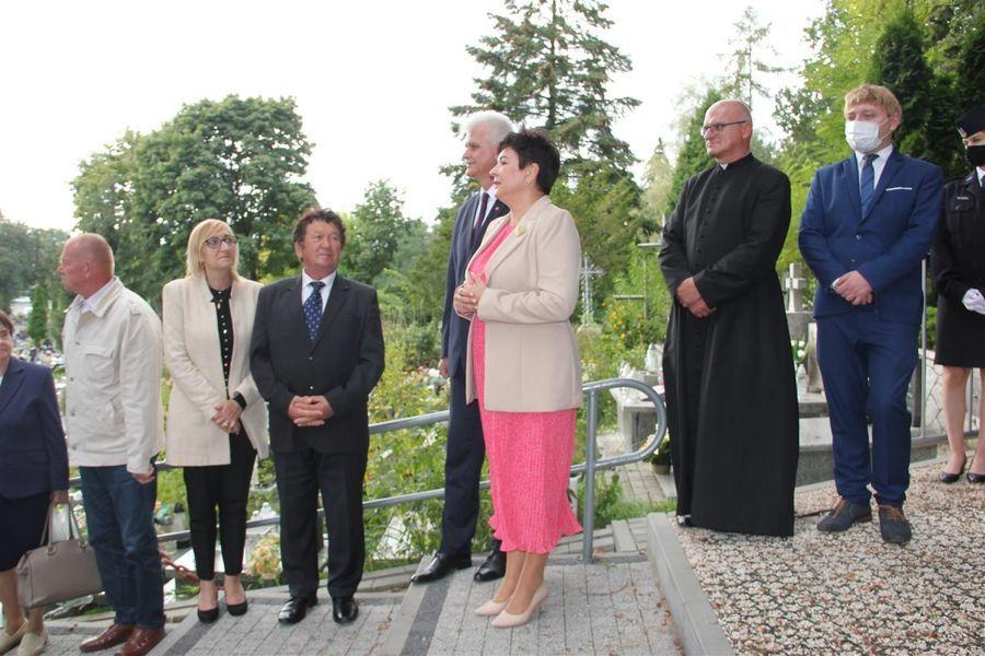 Starosta Danuta Smaga przemawia do zebranych na cmentarzu
