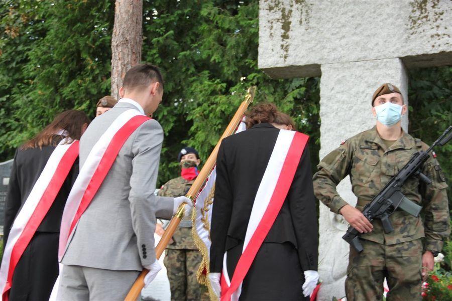 Pokłon od pocztu sztandarowego Powiatu Puławskiego