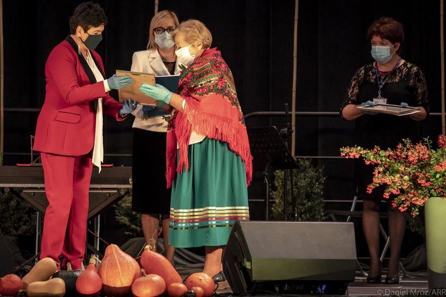 Przedstawicielka St. Kobiet Aktywnych Gm. Markuszów laureata Nagrody Starosty Puławskiego