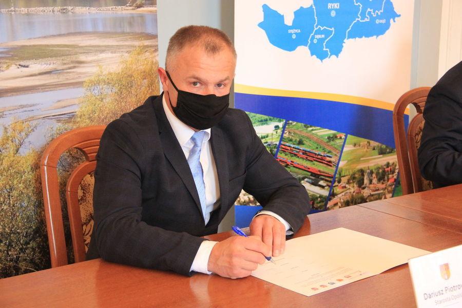 Starosta Dariusz Piotrowski w trakcie podpisywania listu intencyjnego.