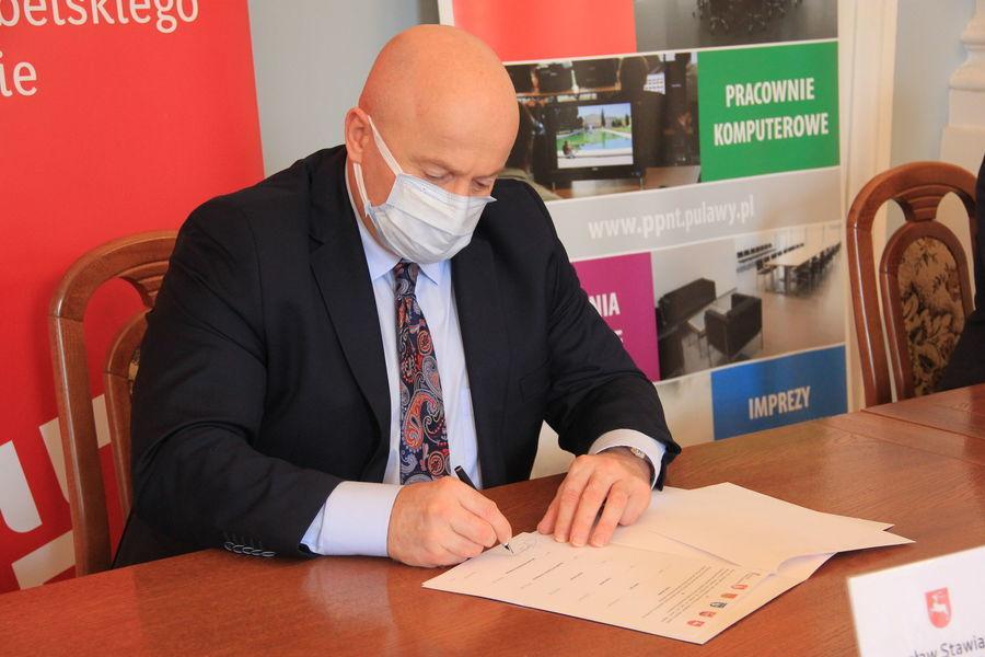 Marszałek Jarosław Stawiarski w trakcie podpisywania listu intencyjnego.