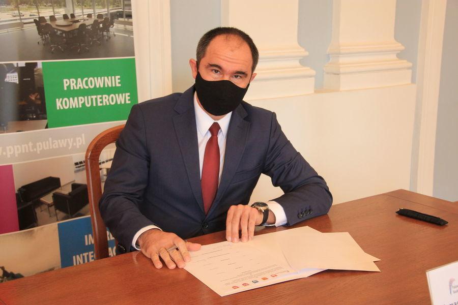 Prezes Tomasz Szymajda w trakcie podpisywania listu intencyjnego.
