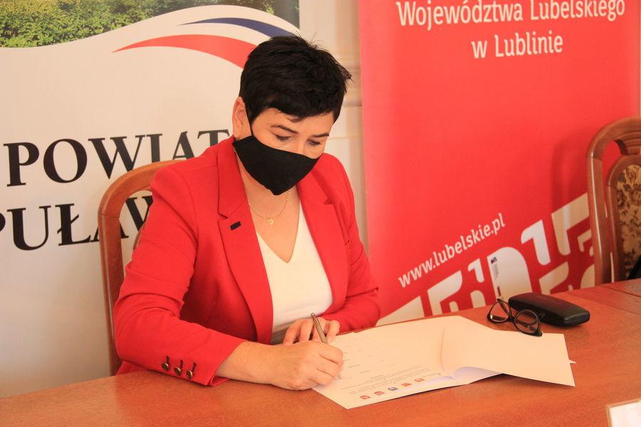 Starosta Danuta Smaga w trakcie podpisywania listu intencyjnego.