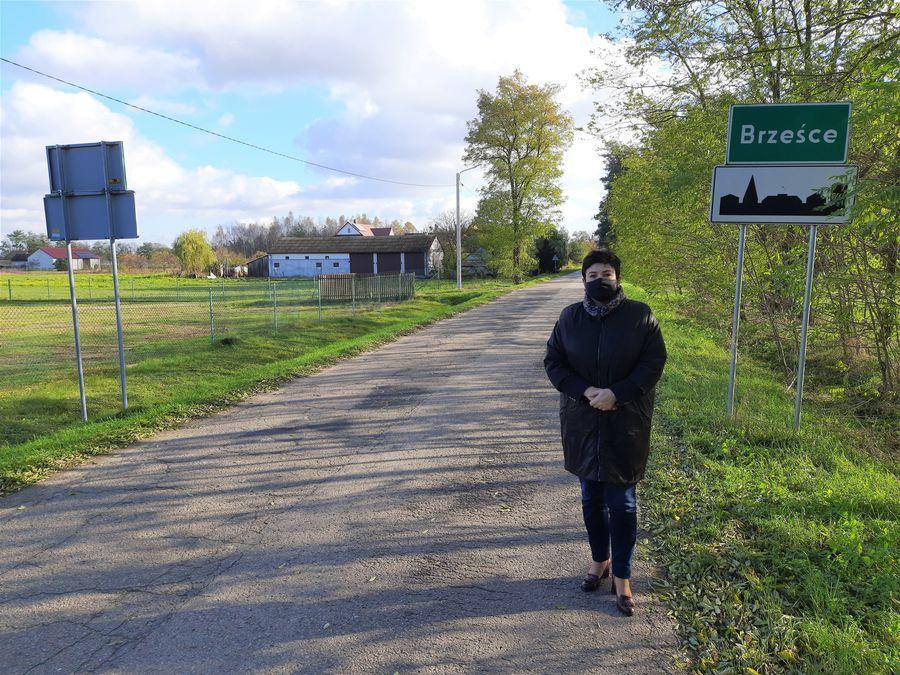 Starosta Danuta Smaga podczas wizyty roboczej na drodze powiatowej nr 2525L w Brześcach.