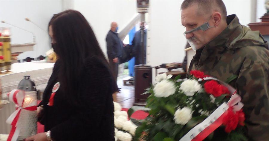 Znicz i kwiaty od Rady Miasta Puławy