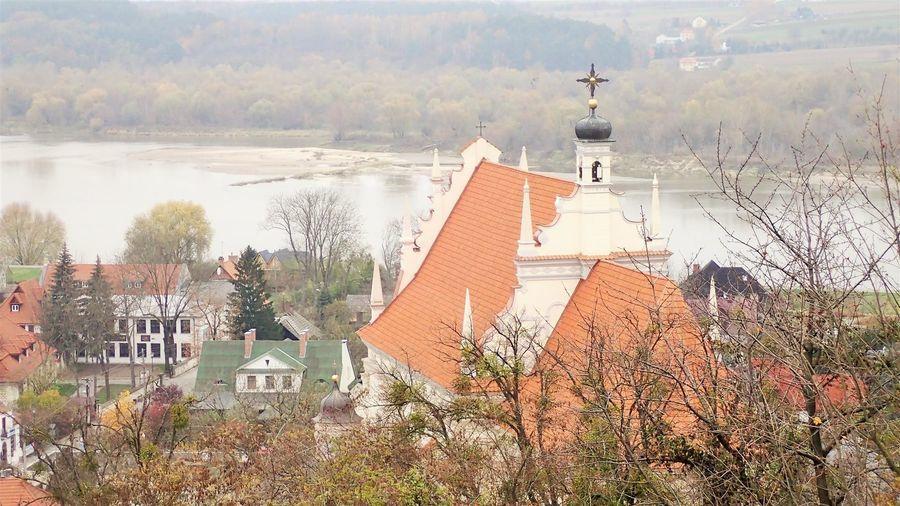 Zbliżenie na zabytkowy kościół Farny w Kazimierzu Dolnym