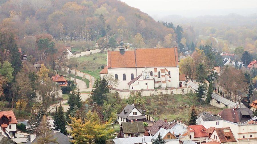 Zbliżenie na zabytkowy klasztor Franciszkanów w Kazimierzu Dolnym