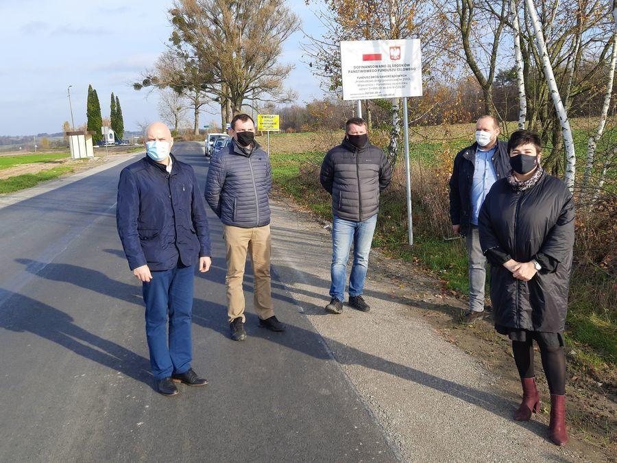 Uczestnicy odbioru końcowego inwestycji, m.in. starosta Danuta Smaga i wójt Marcin Łaguna.