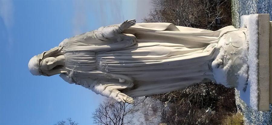 Figura Matki Boskiej przez kościołem w Górze Puławskiej