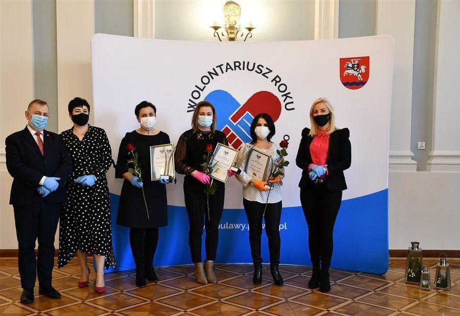 Laureaci ze Starostą Puławskim, wójtem Baranowa i przewodniczącą Komisji Kultury