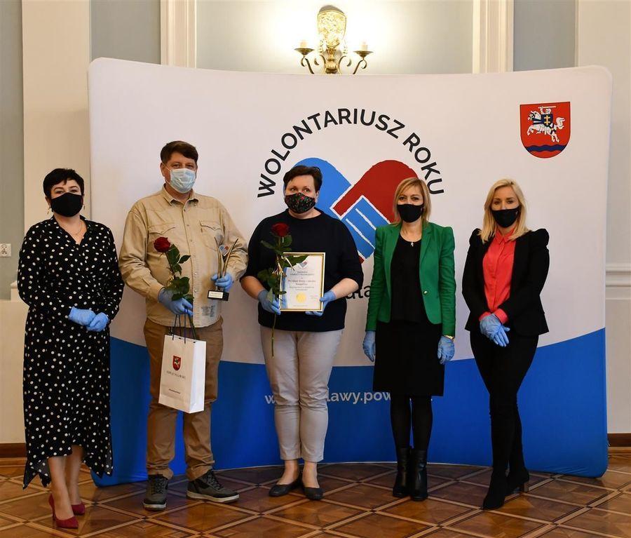 Laureaci ze starostą D. Smagą, przewodniczącą I. Dudą-Szalast oraz przewodniczącą M. Lenartowicz