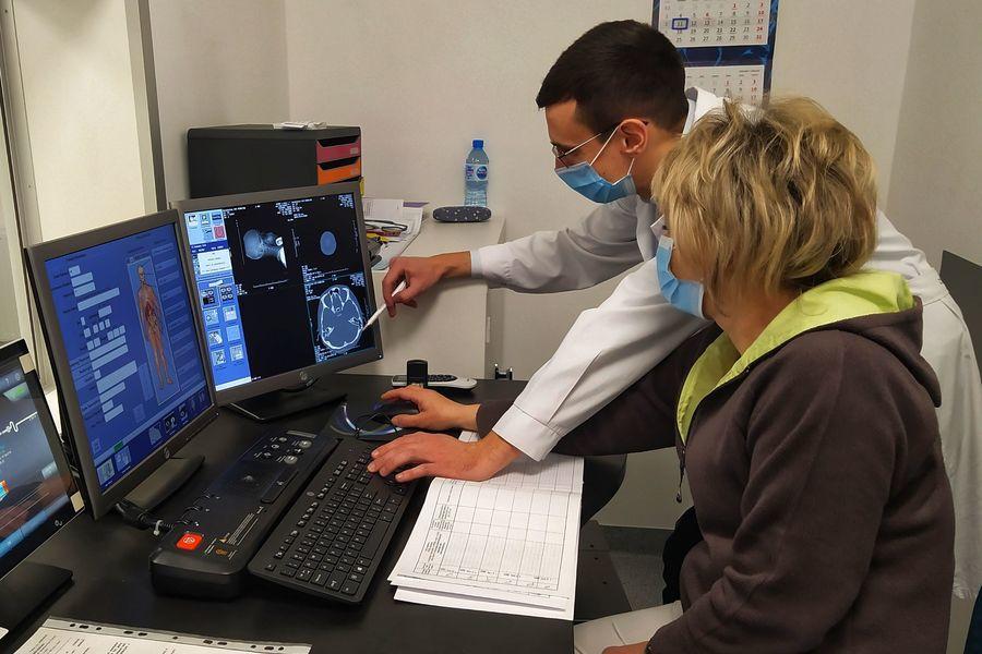 Personel medyczny podczas pracy z nowym tomografem komputerowym.