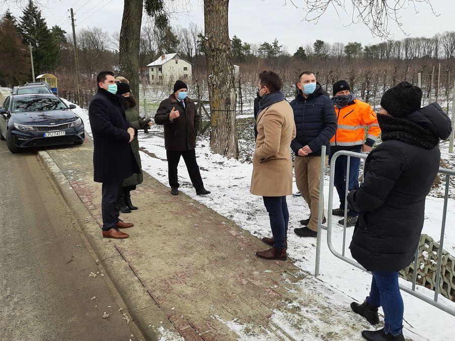 Odbiór techniczny nowego chodnika przy drodze powiatowej n 2528L w Dąbrówce.