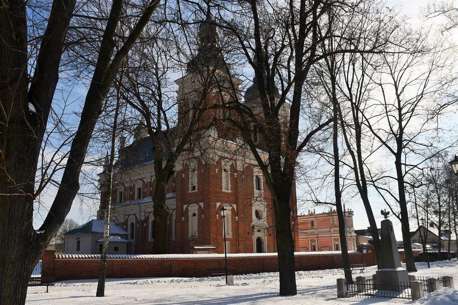 Centrum Gołębia, w tle kościół