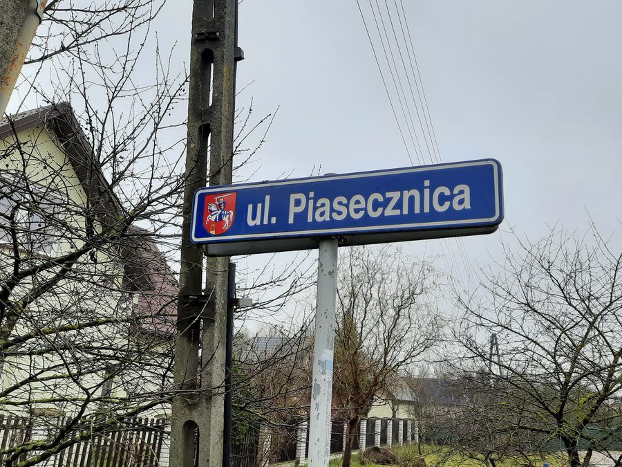 Tablica drogowa z oznaczeniem nazwy ulicy Piasecznica.