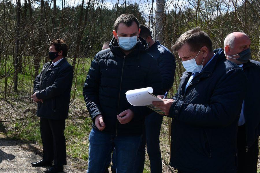 Przekazanie drogi w msc Brześce. Podpis składa członek Zarządu Powiatu Puławskiego Jan Ziomka