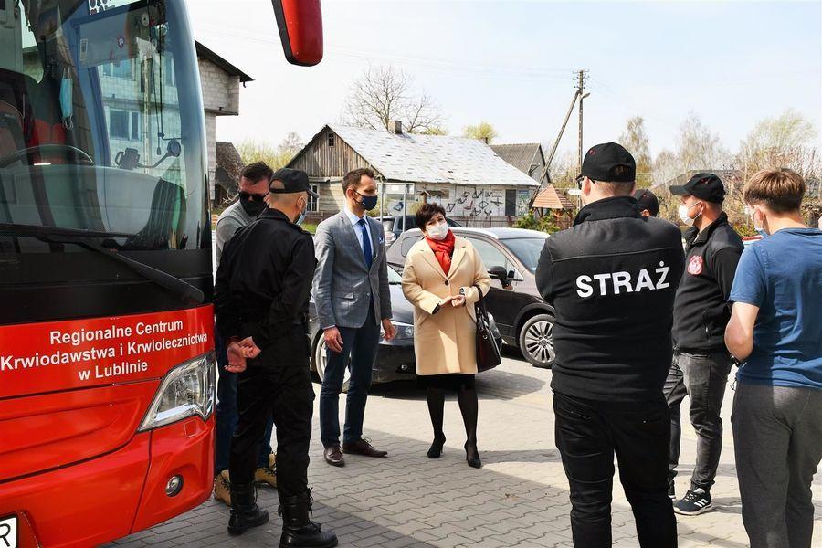 Przedstawiciele powiatu, gminy, PSP i strażacy OSP w Gołębiu