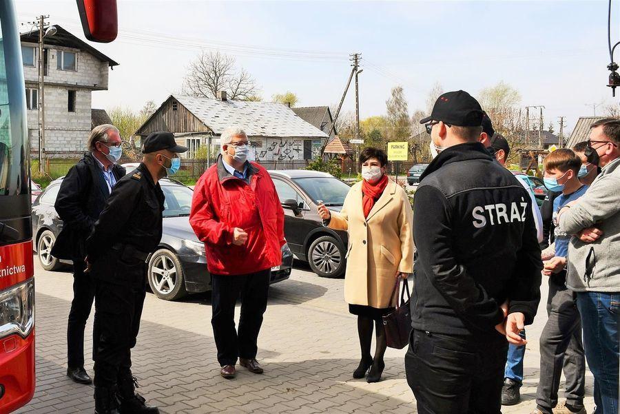 Przedstawiciele powiatu i strażacy OSP w Gołębiu