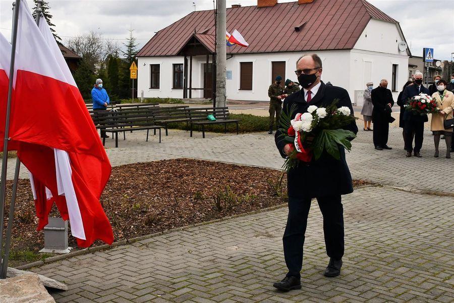 Wiązankę składa poseł na Sejm RP prof. Krzysztof Szulowski