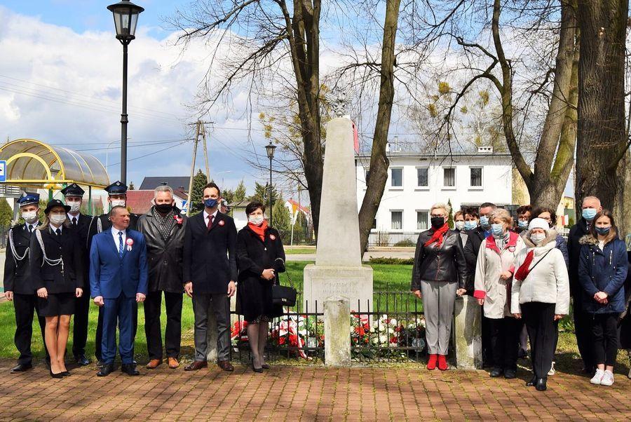 Uczestnicy uroczystości przy pomniku bohaterów walczących o wolność Ojczyzny