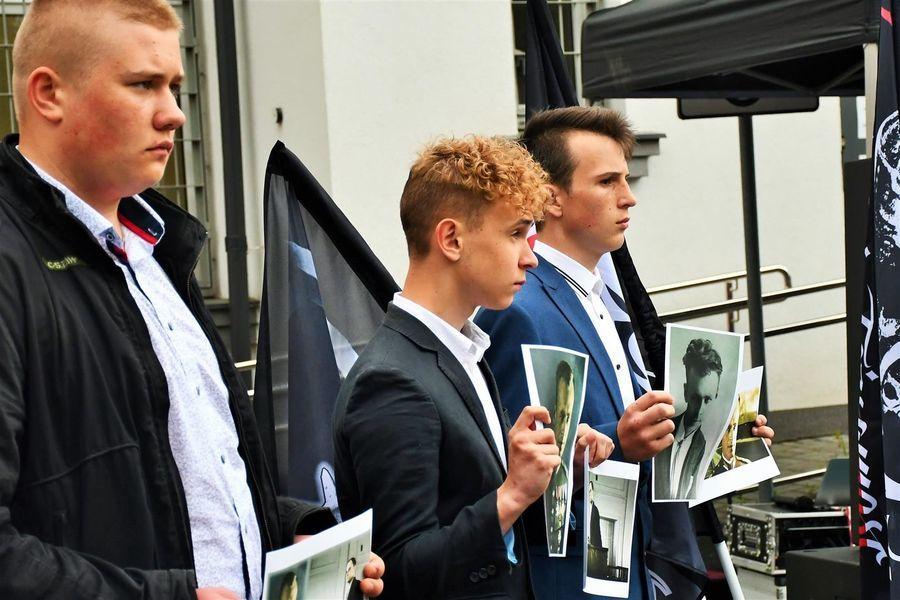 Młodzież z portretami Rotmistrza