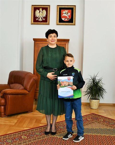 Starosta z zawodnikiem Akademii Piłkarskiej Drużyna Marzeń