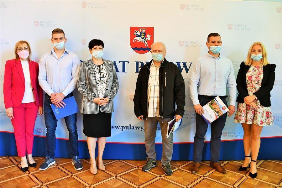 Starosta i przewodniczące z trenerem i zawodnikami KS Wisła Puławy