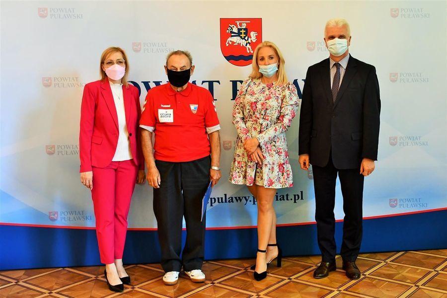 Wicestarosta i przewodniczące z trenerem A. Zdyblem KS Wisła Puławy