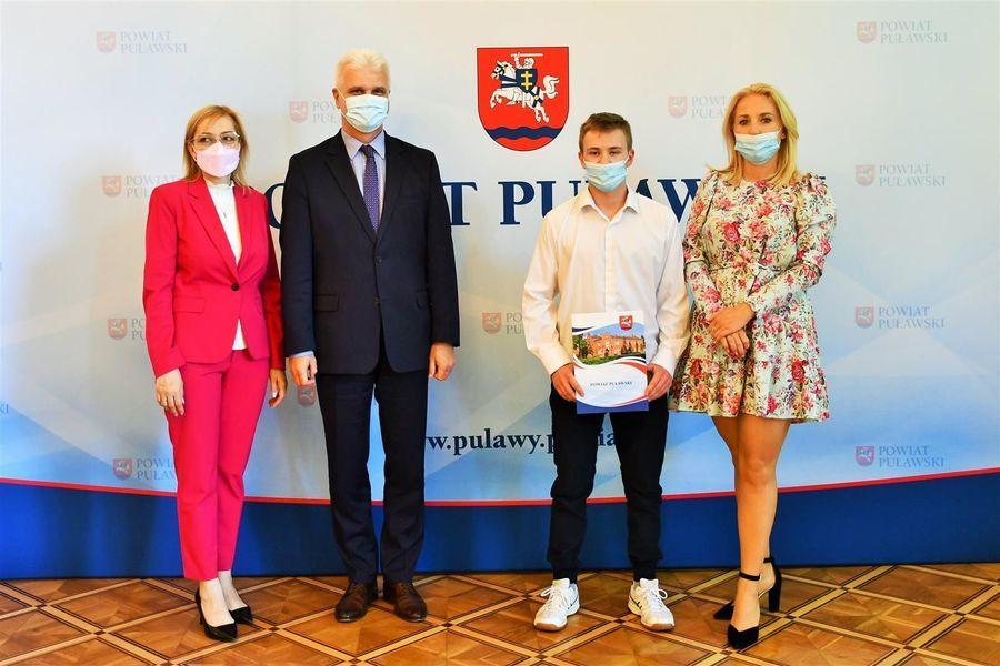 Wicestarosta i przewodniczące z zawodnikiem KS Wisła Puławy
