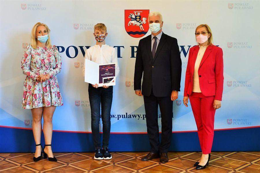 Wicestarosta i przewodniczące z trenerem i zawodnikiem ULKS ANDROS Puławy