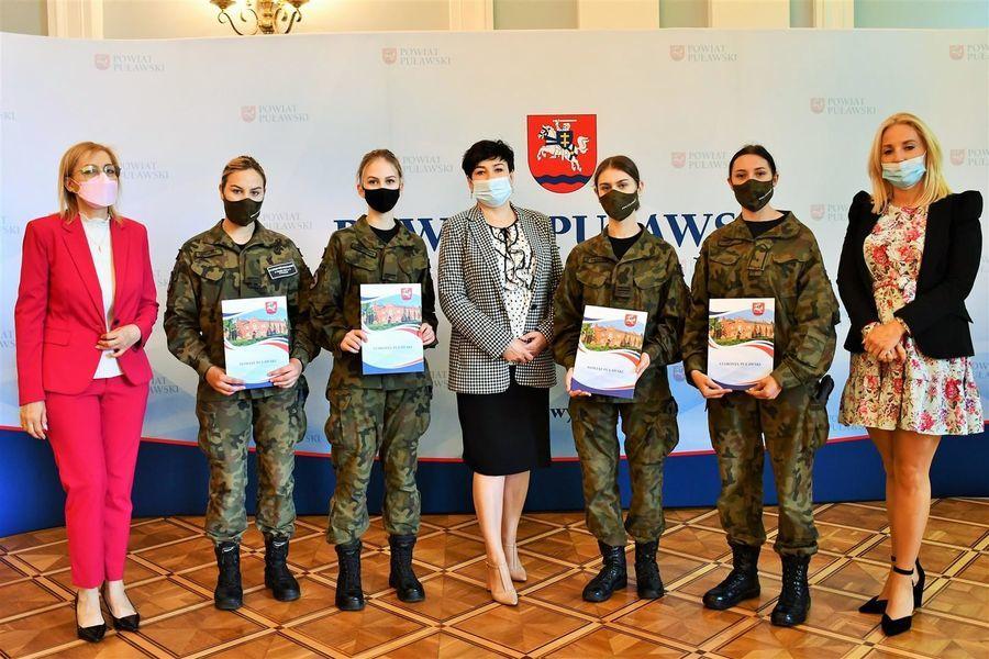Starosta i przewodniczące z zawodnikami ZS nr 3 w Puławach